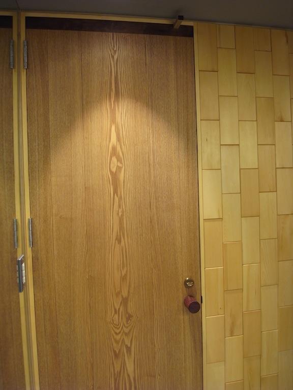 トイレドア 木タイル壁