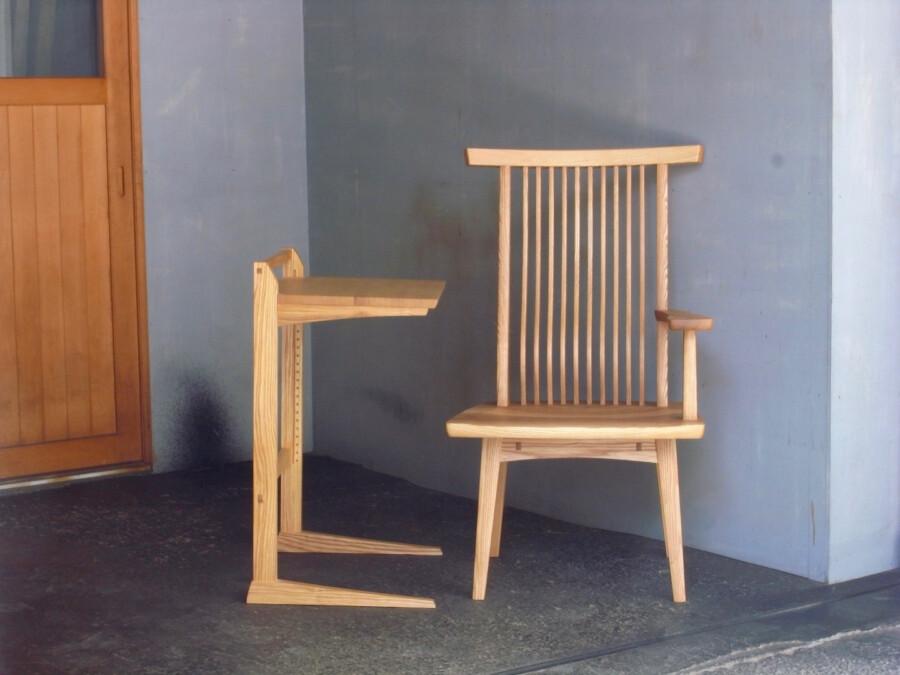 サイドテーブルと片肘回転椅子